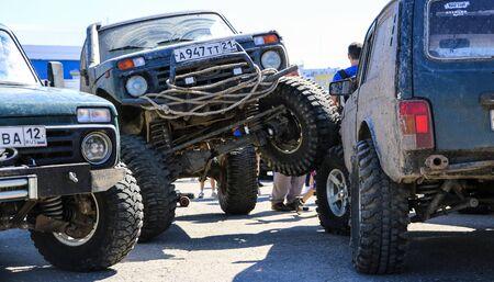 YOSHKAR-OLA, RUSSLAND, 02. JUNI 2019: Auto- und Motorradausstellung - Festival - YO SUMMIT 2019 - Auto Show - der schmutzigste modifizierte SUV Niva Editorial