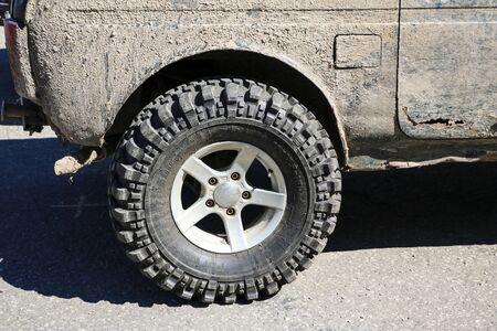 YOSHKAR-OLA, RUSSLAND, 02. JUNI 2019: Auto- und Motorradausstellung - Festival - YO SUMMIT 2019 - Auto Show - der schmutzigste modifizierte SUV Niva
