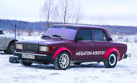 YOSHKAR-OLA, RUSSIA, JANUARY 11, 2020: Winter car show for the Christmas holidays for all comers - single and double drift, racing on a frozen lake. 스톡 콘텐츠 - 138403693