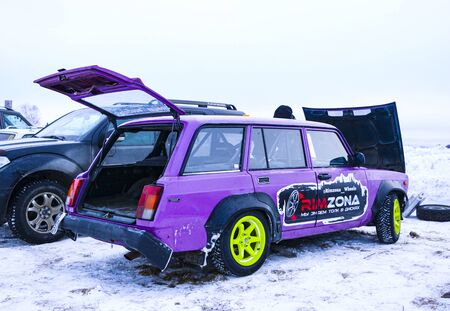 YOSHKAR-OLA, RUSSIA, JANUARY 11, 2020: Winter car show for the Christmas holidays for all comers - single and double drift, racing on a frozen lake. 스톡 콘텐츠 - 138403689