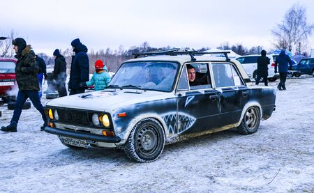 YOSHKAR-OLA, RUSSIA, JANUARY 11, 2020: Winter car show for the Christmas holidays for all comers - single and double drift, racing on a frozen lake. 스톡 콘텐츠 - 138403694