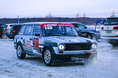 YOSHKAR-OLA, RUSSIA, JANUARY 11, 2020: Winter car show for the Christmas holidays for all comers - single and double drift, racing on a frozen lake. 스톡 콘텐츠 - 138403701