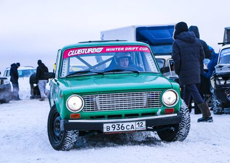 YOSHKAR-OLA, RUSSIA, JANUARY 11, 2020: Winter car show for the Christmas holidays for all comers - single and double drift, racing on a frozen lake. 스톡 콘텐츠 - 138403703