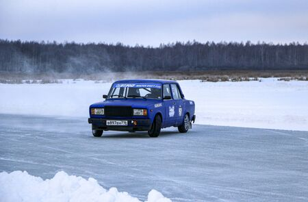 YOSHKAR-OLA, RUSSIA, JANUARY 11, 2020: Winter car show for the Christmas holidays for all comers - single and double drift, racing on a frozen lake. 스톡 콘텐츠 - 138403704