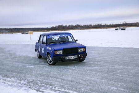 YOSHKAR-OLA, RUSSIA, JANUARY 11, 2020: Winter car show for the Christmas holidays for all comers - single and double drift, racing on a frozen lake. 스톡 콘텐츠 - 138403791