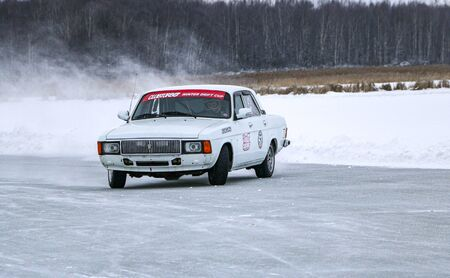 YOSHKAR-OLA, RUSSIA, JANUARY 11, 2020: Winter car show for the Christmas holidays for all comers - single and double drift, racing on a frozen lake. 스톡 콘텐츠 - 138403799