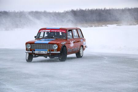 YOSHKAR-OLA, RUSSIA, JANUARY 11, 2020: Winter car show for the Christmas holidays for all comers - single and double drift, racing on a frozen lake. 스톡 콘텐츠 - 138403802