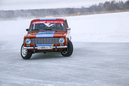 YOSHKAR-OLA, RUSSIA, JANUARY 11, 2020: Winter car show for the Christmas holidays for all comers - single and double drift, racing on a frozen lake. 스톡 콘텐츠 - 138403797