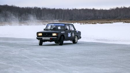 YOSHKAR-OLA, RUSSIA, JANUARY 11, 2020: Winter car show for the Christmas holidays for all comers - single and double drift, racing on a frozen lake. 스톡 콘텐츠 - 138403801