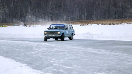 YOSHKAR-OLA, RUSSIA, JANUARY 11, 2020: Winter car show for the Christmas holidays for all comers - single and double drift, racing on a frozen lake. 스톡 콘텐츠 - 138403805