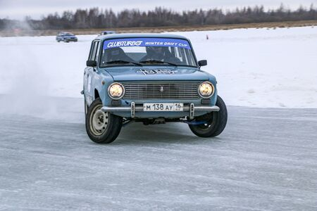 YOSHKAR-OLA, RUSSIA, JANUARY 11, 2020: Winter car show for the Christmas holidays for all comers - single and double drift, racing on a frozen lake. 스톡 콘텐츠 - 138403806