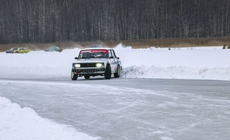 YOSHKAR-OLA, RUSSIA, JANUARY 11, 2020: Winter car show for the Christmas holidays for all comers - single and double drift, racing on a frozen lake. 스톡 콘텐츠 - 138403807