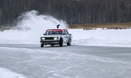 YOSHKAR-OLA, RUSSIA, JANUARY 11, 2020: Winter car show for the Christmas holidays for all comers - single and double drift, racing on a frozen lake. 스톡 콘텐츠 - 138403808