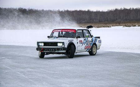 YOSHKAR-OLA, RUSSIA, JANUARY 11, 2020: Winter car show for the Christmas holidays for all comers - single and double drift, racing on a frozen lake. 스톡 콘텐츠 - 138403809
