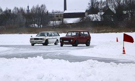 YOSHKAR-OLA, RUSSIA, JANUARY 11, 2020: Winter car show for the Christmas holidays for all comers - single and double drift, racing on a frozen lake. 스톡 콘텐츠 - 138403813
