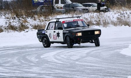 YOSHKAR-OLA, RUSSIA, JANUARY 11, 2020: Winter car show for the Christmas holidays for all comers - single and double drift, racing on a frozen lake. 스톡 콘텐츠 - 138403812