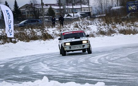 YOSHKAR-OLA, RUSSIA, JANUARY 11, 2020: Winter car show for the Christmas holidays for all comers - single and double drift, racing on a frozen lake. 스톡 콘텐츠 - 138403814