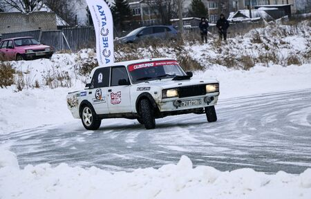 YOSHKAR-OLA, RUSSIA, JANUARY 11, 2020: Winter car show for the Christmas holidays for all comers - single and double drift, racing on a frozen lake. 스톡 콘텐츠 - 138403816