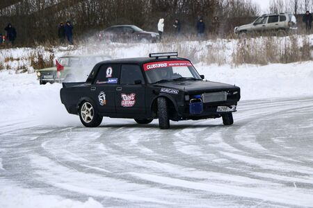 YOSHKAR-OLA, RUSSIA, JANUARY 11, 2020: Winter car show for the Christmas holidays for all comers - single and double drift, racing on a frozen lake. 스톡 콘텐츠 - 138403817