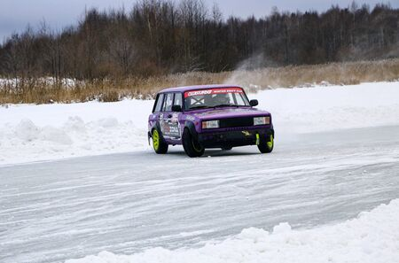 YOSHKAR-OLA, RUSSIA, JANUARY 11, 2020: Winter car show for the Christmas holidays for all comers - single and double drift, racing on a frozen lake. 스톡 콘텐츠 - 138403822