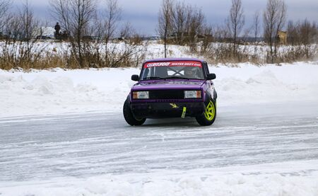 YOSHKAR-OLA, RUSSIA, JANUARY 11, 2020: Winter car show for the Christmas holidays for all comers - single and double drift, racing on a frozen lake. 스톡 콘텐츠 - 138403819
