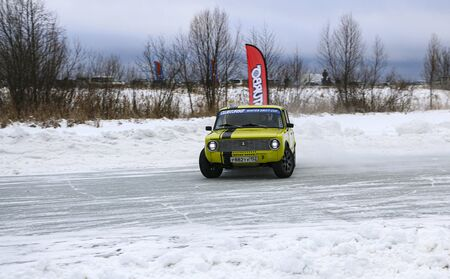 YOSHKAR-OLA, RUSSIA, JANUARY 11, 2020: Winter car show for the Christmas holidays for all comers - single and double drift, racing on a frozen lake. 스톡 콘텐츠 - 138403826