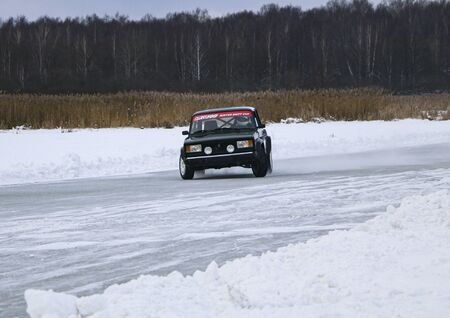 YOSHKAR-OLA, RUSSIA, JANUARY 11, 2020: Winter car show for the Christmas holidays for all comers - single and double drift, racing on a frozen lake. 스톡 콘텐츠 - 138403831