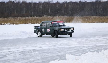 YOSHKAR-OLA, RUSSIA, JANUARY 11, 2020: Winter car show for the Christmas holidays for all comers - single and double drift, racing on a frozen lake. 스톡 콘텐츠 - 138403832