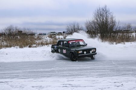 YOSHKAR-OLA, RUSSIA, JANUARY 11, 2020: Winter car show for the Christmas holidays for all comers - single and double drift, racing on a frozen lake. 스톡 콘텐츠 - 138403836