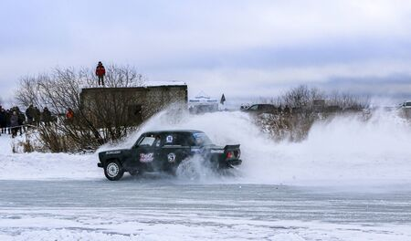 YOSHKAR-OLA, RUSSIA, JANUARY 11, 2020: Winter car show for the Christmas holidays for all comers - single and double drift, racing on a frozen lake. 스톡 콘텐츠 - 138403838