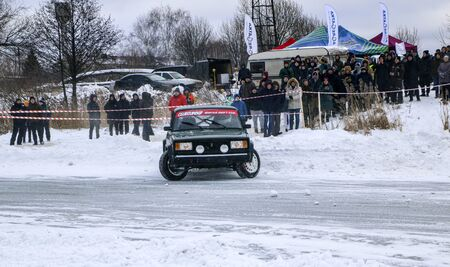 YOSHKAR-OLA, RUSSIA, JANUARY 11, 2020: Winter car show for the Christmas holidays for all comers - single and double drift, racing on a frozen lake. 스톡 콘텐츠 - 138403845