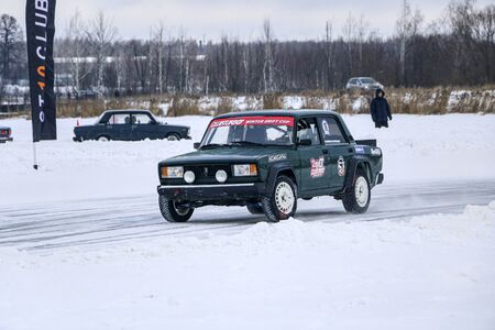 YOSHKAR-OLA, RUSSIA, JANUARY 11, 2020: Winter car show for the Christmas holidays for all comers - single and double drift, racing on a frozen lake. 스톡 콘텐츠 - 138403844
