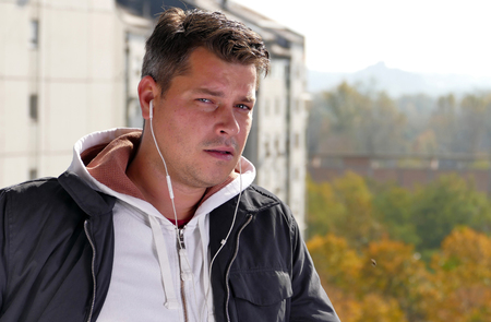 L'uomo l'ascolto di musica su un balcone
