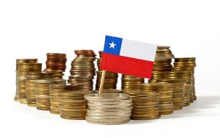 Bandera de Chile ondeando con pila de monedas de dinero Foto de archivo