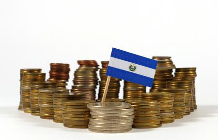 bandera de el salvador: El Salvador flag waving with stack of money coins