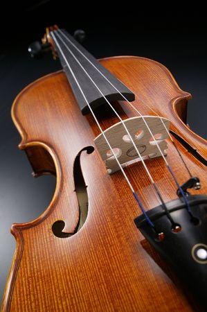 검은 배경으로 바이올린