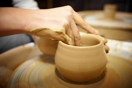 alfarero: Haciendo Pot en cuanto ceramista con las manos