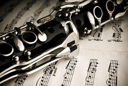 clarinete:  Clarinete en una hoja de notas de m�sica Foto de archivo