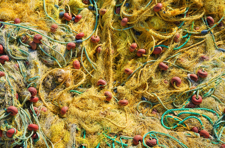 nahaufnahme: Ein Fischernetz liegt im Hafen zum trocknen in der Sonne,A fishing net in the harbor to dry in the sun