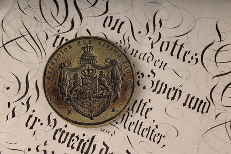 oud document: Seal with coat of arms of brass on an old document Stockfoto