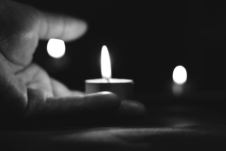 Memorial Day International Holocaust Remembrance Day On the day of the memory of the dead a hand holds a candle Archivio Fotografico