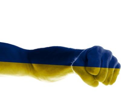 La mano de un hombre maduro pintado con los colores de la bandera de Ucrania muestra un puño Foto de archivo