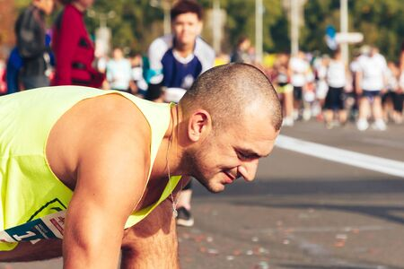 September 15, 2018 Minsk Belarus Half Marathon Minsk 2019 Strong Caucasian athlete flexes before starting the marathon close up Éditoriale