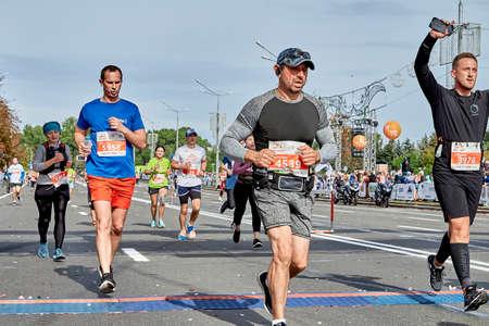September 15, 2019 Minsk Belarus Half Marathon Minsk 2019 Crowd runners crossing the finish line marathon on paved road. Éditoriale
