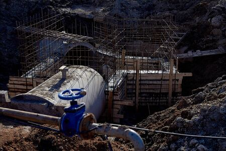 Reinforced concrete drainage pipes include a monolithic chamber for the construction of storm sewers at a construction site.