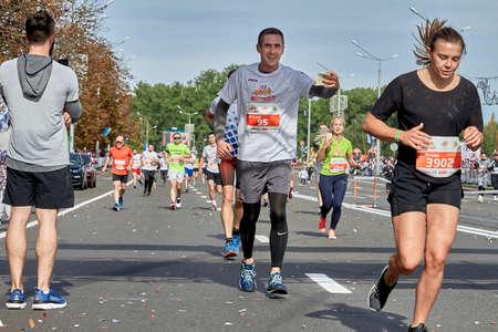 September 15, 2018 Minsk Belarus Half Marathon Minsk 2019. Happy athlete shoots himself on the phone participating in a marathon Éditoriale