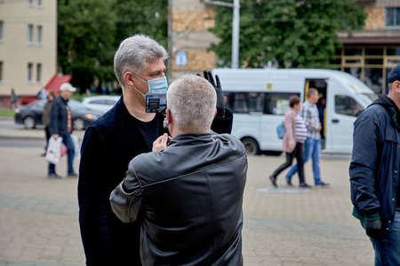 June 14 2020 Minsk Belarus There is a portrait of a masked man answering questions from a blogger during a protest 新聞圖片