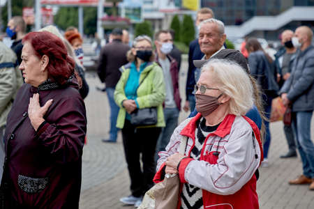 June 14 2020 Minsk Belarus Elderly people in masks stand on the square 新聞圖片