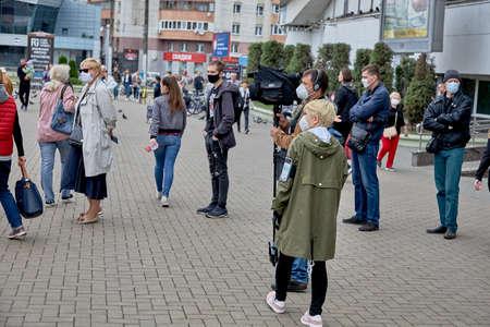 June 14 2020 Minsk Belarus Two masked reporters videotape a procession of masked people 新聞圖片