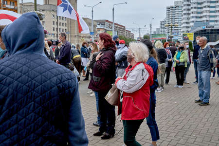 June 14 2020 Minsk Belarus Many masked people stand at the protest rally 新聞圖片
